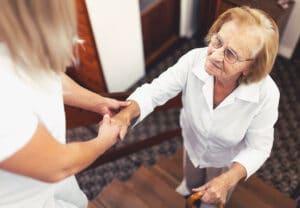 Haushaltshilfe hilft Seniorin auf